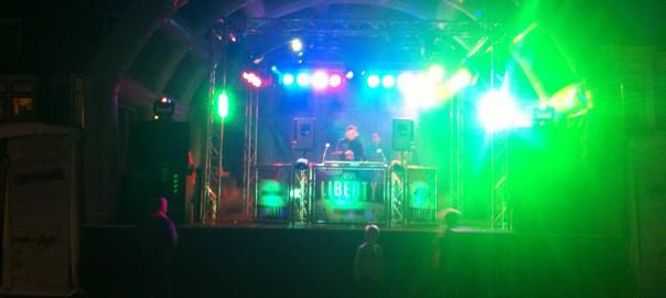 DJ show op opblaaspodium